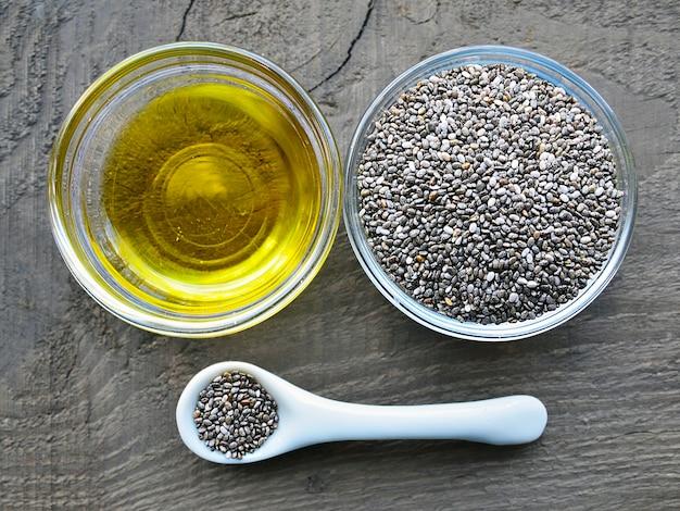 Olio di chia con semi di chia in ciotole di vetro. olio di semi di chia biologico. concetto di cibo, superfood o cura del corpo sano.