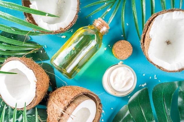 Olio di cocco con noci di cocco fresche. sfondo estate tropicale