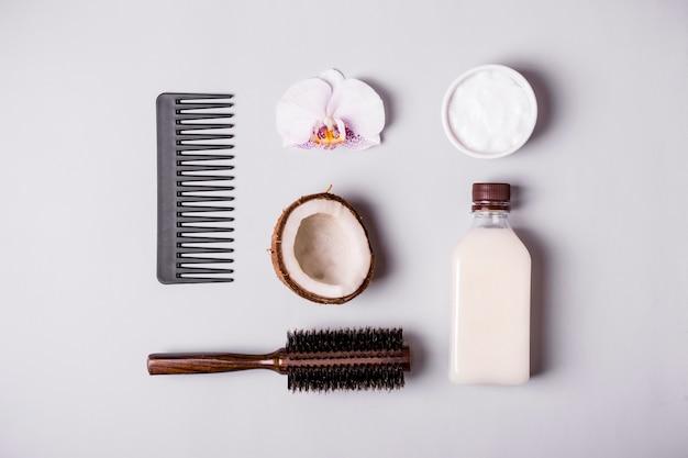 Olio di cocco e pettini. concetto di cura dei capelli.