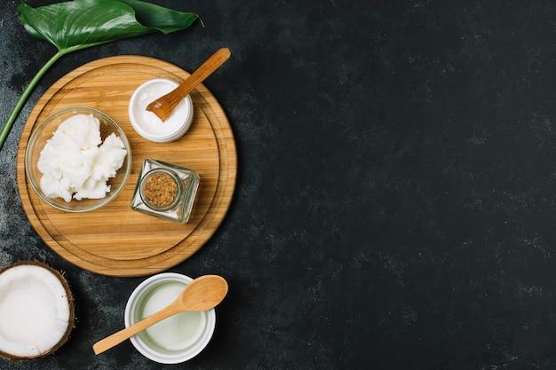Olio di cocco sul piatto di legno con copia-spazio
