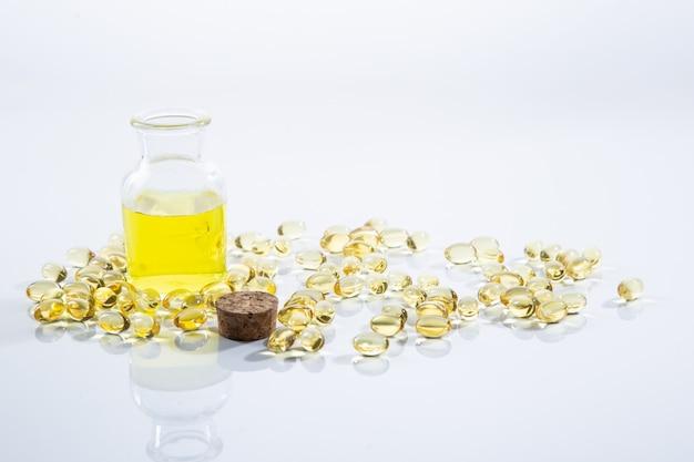Olio di enotera in capsule e in una bottiglia