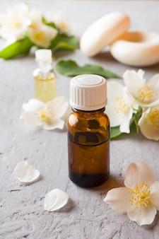 Olio di gelsomino aromaterapia con olio di gelsomino e sapone. fiore di gelsomino
