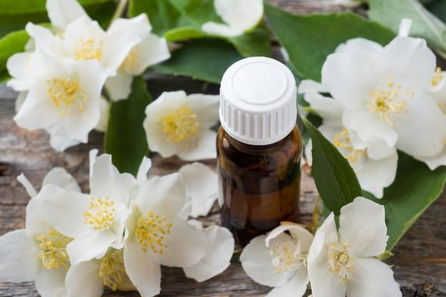Olio di gelsomino aromaterapia con olio di gelsomino e sapone. fiore di gelsomino.