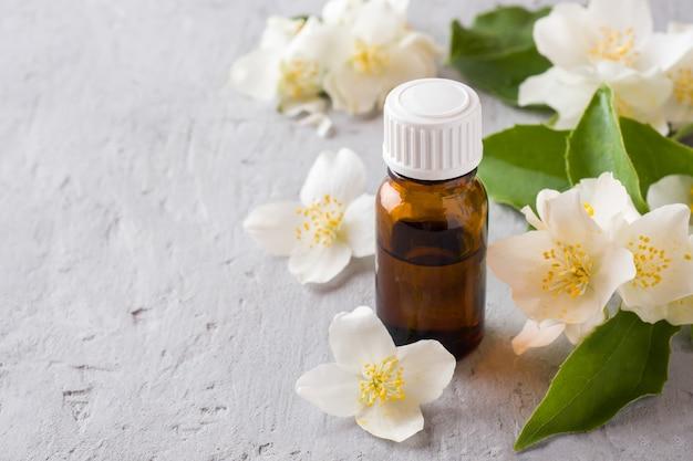 Olio di gelsomino aromaterapia con olio di gelsomino. fiori di gelsomino