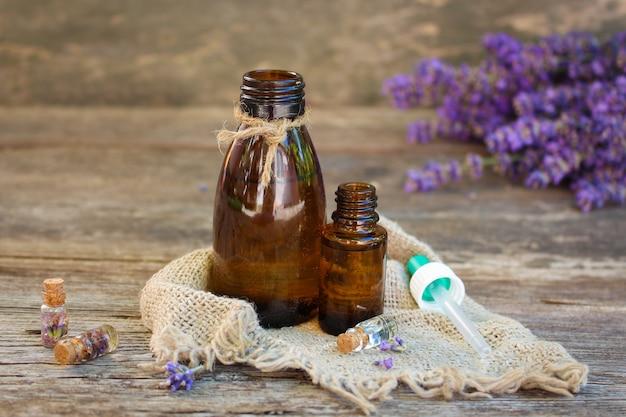 Olio di lavanda in diverse bottiglie