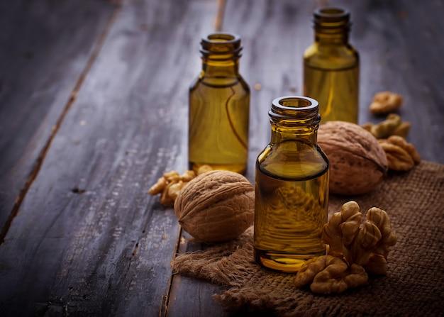 Olio di noci in piccole bottiglie