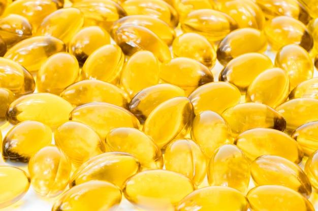 Olio di pesce in capsula di gelatina morbida isolato su sfondo bianco
