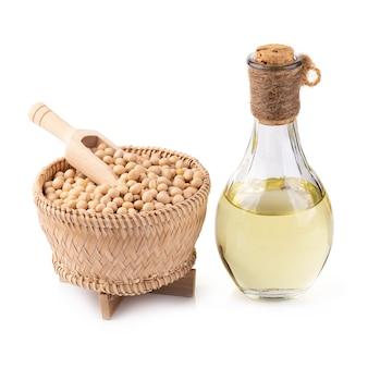 Olio di soia e soia isolato su uno sfondo bianco