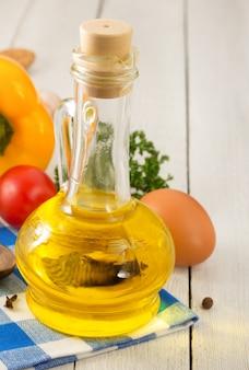 Olio e ingredienti alimentari, spezie su legno