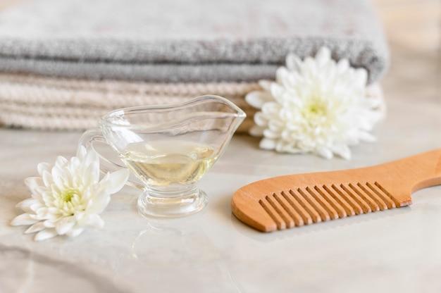 Olio e pettine per la cura dei capelli
