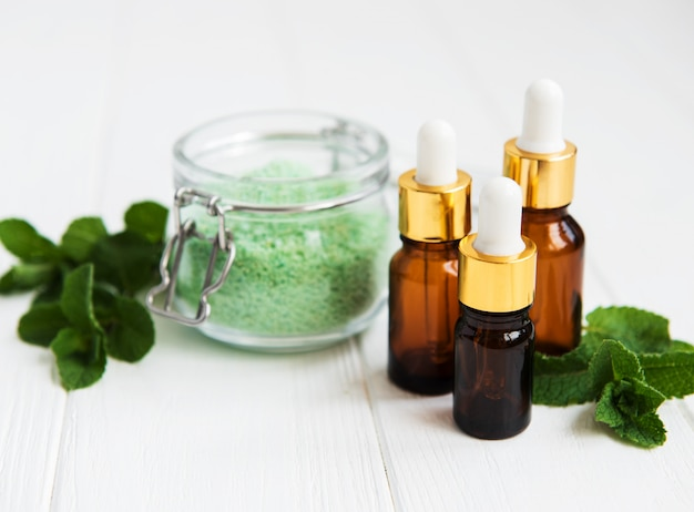 Olio essenziale aromatico con sale massaggio e menta