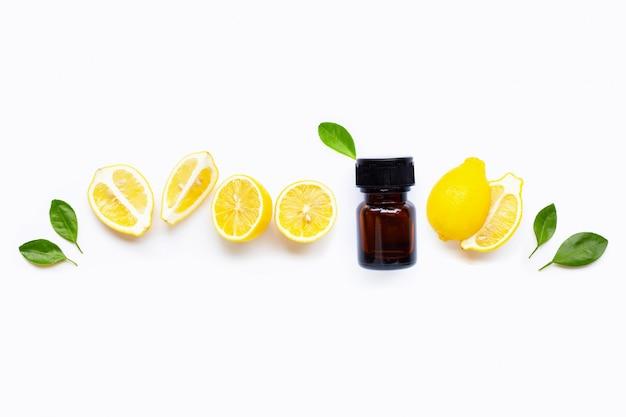 Olio essenziale con il limone fresco con le foglie isolate su bianco
