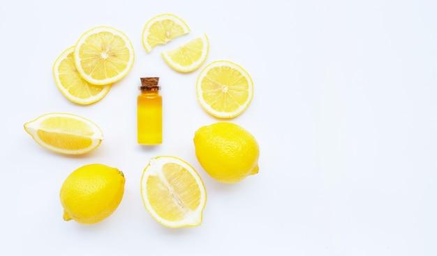 Olio essenziale con limone su bianco.