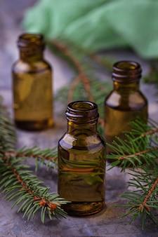 Olio essenziale di abete in piccole bottiglie. messa a fuoco selettiva
