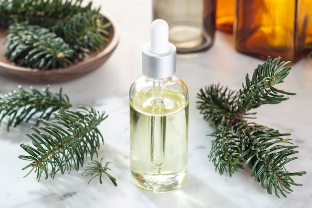 Olio essenziale di abete. olio di abete per cura della pelle, spa, benessere, massaggi, aromaterapia e medicina naturale