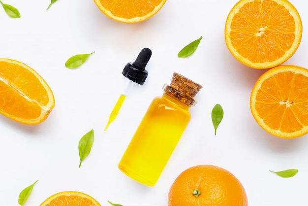 Olio essenziale di agrumi con frutta arancione fresca isolata on white