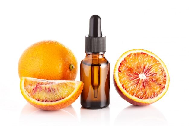 Olio essenziale di arancia rossa isolato