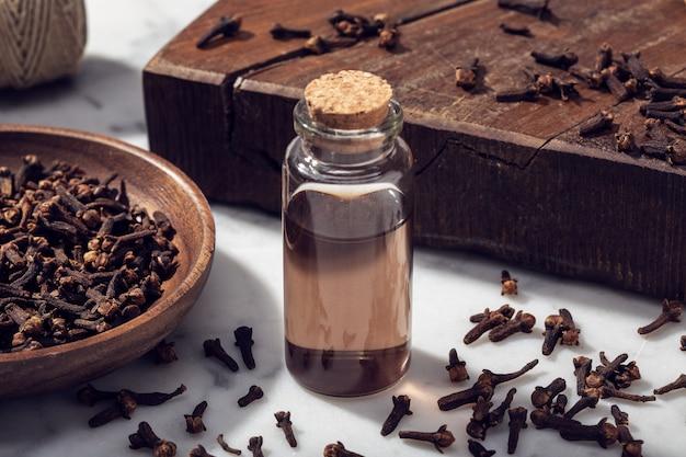 Olio essenziale di chiodi di garofano isolato sul tavolo di marmo
