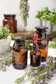 Olio essenziale di erbe su bottiglie di farmacia vintage. olio alle erbe per la cura della pelle, aromaterapia e medicina naturale