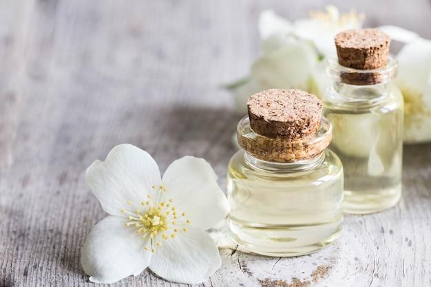 Olio essenziale di gelsomino. olio da massaggio con fiori di gelsomino
