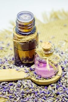 Olio essenziale di lavanda. messa a fuoco selettiva fiori bio natura.