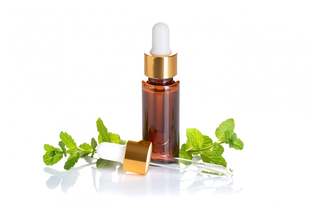 Olio essenziale di menta piperita isolato