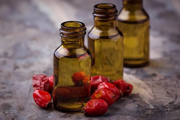 Olio essenziale di rosa canina su piccole bottiglie. messa a fuoco selettiva