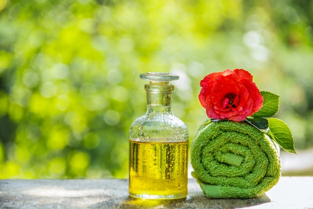 Olio essenziale di rosa e un asciugamano morbido