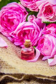 Olio essenziale di rosa su sfondo chiaro.