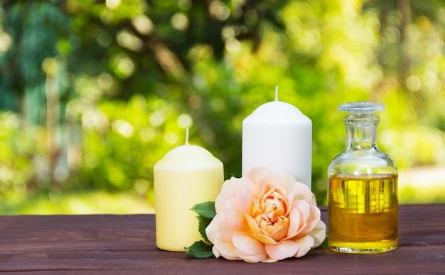 Olio essenziale naturale, rose profumate e candele, concetto spa