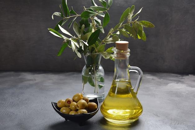 Olio extravergine di oliva, ramo d'ulivo e olive