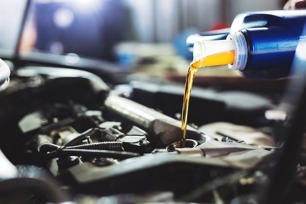 Olio motore versato al motore dell'auto.