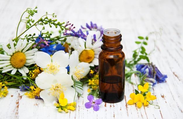 Olio naturale con fiori di campo