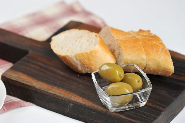 Olive, baguette e olio d'oliva