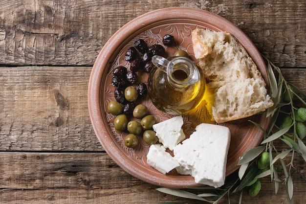 Olive con formaggio feta e pane
