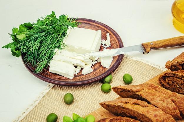 Olive e formaggio su uno sfondo bianco. panini. messa a fuoco selettiva.