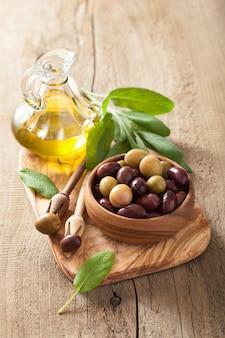 Olive nere e verdi marinate olio foglia di salvia