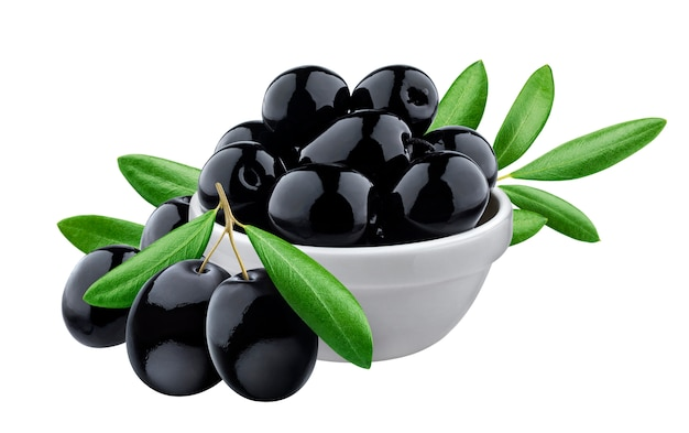 Olive nere in ciotola su superficie bianca