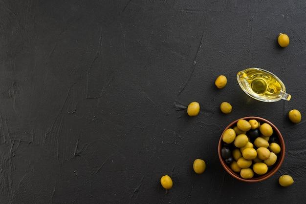 Olive piatte laiche con copia spazio sullo sfondo