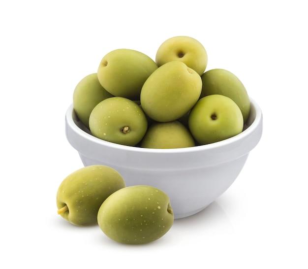 Olive verdi in ciotola isolata su fondo bianco con il percorso di ritaglio