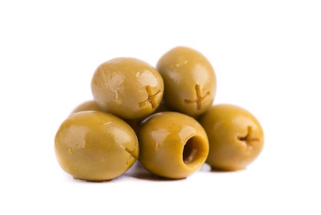 Olive verdi snocciolate e marinate, isolate su spazio bianco.