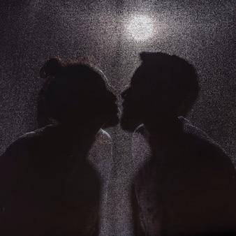 Ombre di baciare uomo e donna