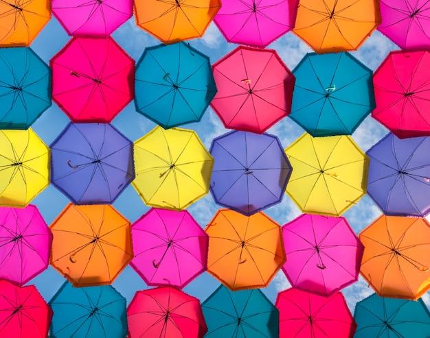 Ombrelli colorati nel cielo. decorazione di strada in città, sullo sfondo