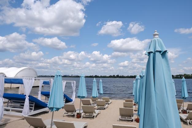 Ombrelli di spiaggia fissi chiusi blu