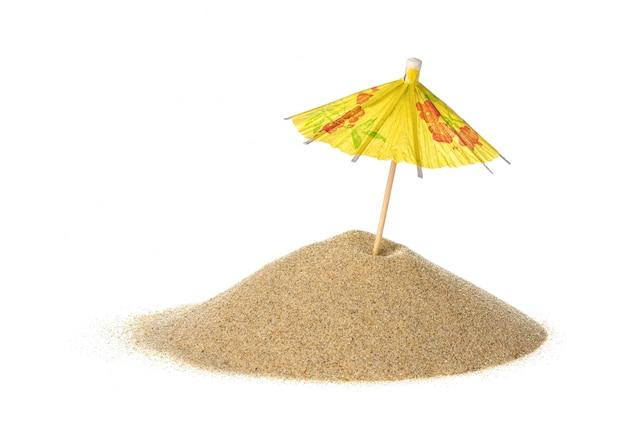Ombrello del cocktail in sabbia su bianco isolato