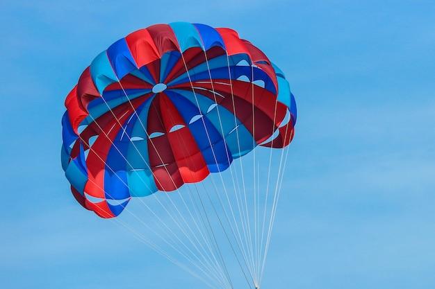 Ombrello del paracadute dell'acqua volante sul cielo.