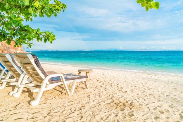 Ombrello e sedia di lusso sulla spiaggia