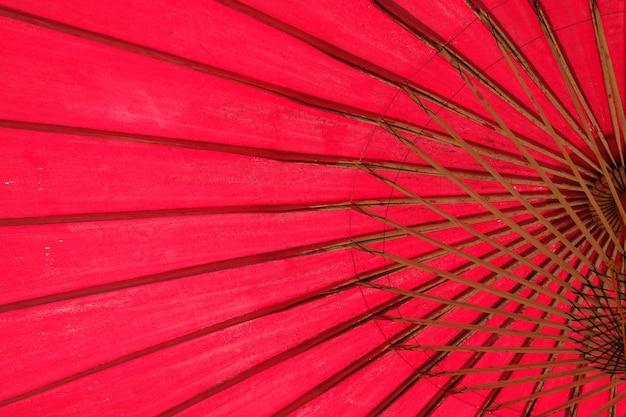 Ombrello rosso giapponese vicino