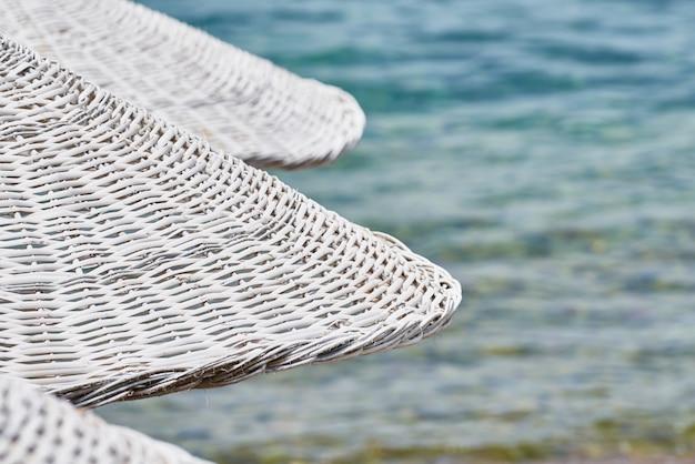 Ombrellone e spiaggia sullo sfondo