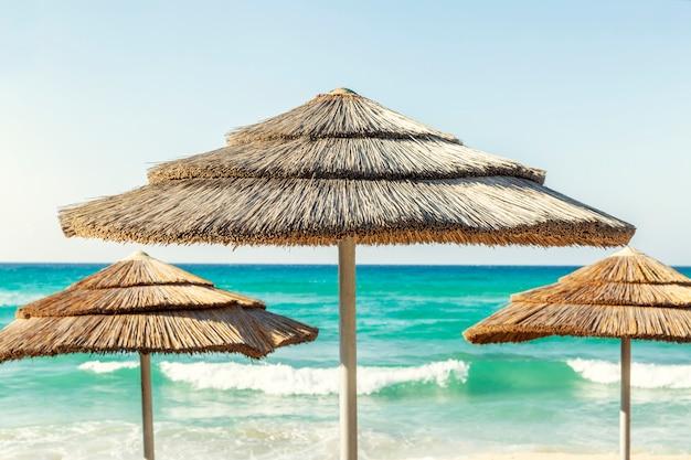 Ombrelloni in spiaggia, mare turchese